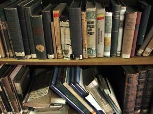 Kaks raamaturiiulit täis vanu raamatuid