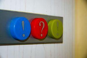 Kolm värvilist nuppu reas: sinine hüüumärgiga, punane küsimärgiga ja roheline hüüumärgiga