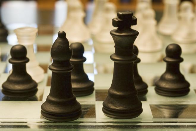 mustad ja valged malefiguurid malelaual