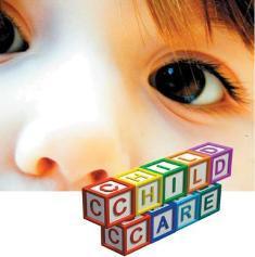 Lapse silmade pilt, esiplanil värvilistest tähtedest koostatud sõna CHILDCARE