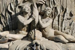 Mehe ja naise alasti skulptuurid klassikalises stiilis