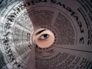 Inimsilm piilub ajalehtedest tehtud toru läbi