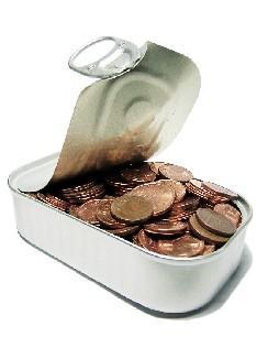 Avatud konservkarp, mille sees on mündid