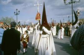 Katoliku kiriku religioosne rongkäik traditsioonilises riietuses