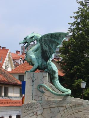 Rohelisest metallist keskaegse draakoni kuju linna tänaval