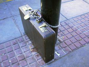 Ketiga posti külje kinnitatud kohver