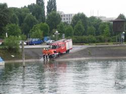 punane tuletõrjeauto tiigi kaldal