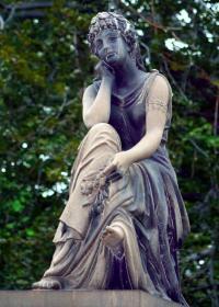 Klassitsismi stiilis noore naise skulptuur