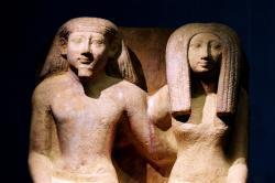 Vana-Egiptuse mehe ja naise alasti skulptuurid