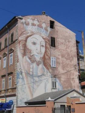 Kristust kuningana kujutav suur grafiti maja seinal