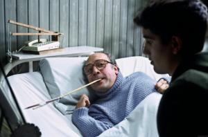 Filmkaader: halvatud mees haiglavoodis