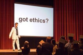 """Mees laval suure plakati """"got ethics?"""" ees"""