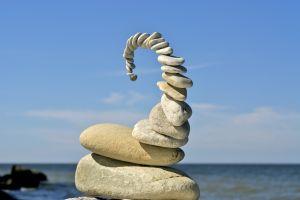 väikestest kividest ehitatud torn mererannas
