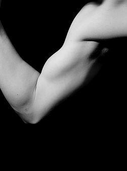 Tugeva inimese õlg ja küünarvars