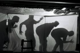Nelja mehe varjud telgi seinal