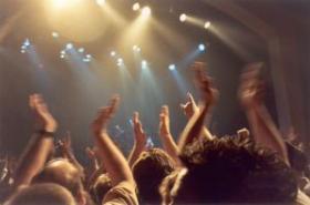 Publiku plaksutavad käed rokk-kontserdil