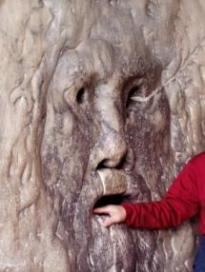 Inimese käsi tõe suu skulptuuri suus