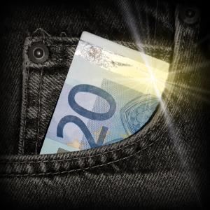 20-eurone kupüür teksade taskus