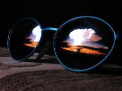 Päikeseprillid, mille klaasides peegeldub aatomipommi plahvatus