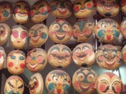 Värviliste primitiivses stiilis maskide read
