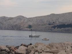Fjordi vaade koos väikese purjelaeva ja mootorpaadiga
