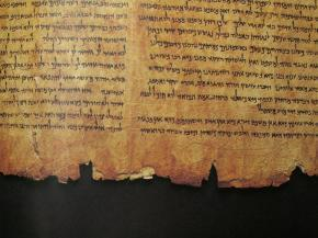 Heebrea keeles vana raamat kollaste lehekülgedega