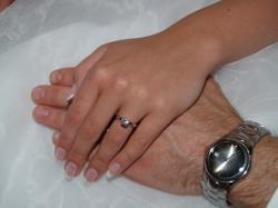Noore inimese käsi vana inimese käe peal
