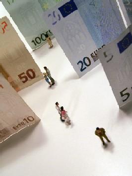 väikesed inimfiguurid kõndimas neist suuremate eurokupüüride vahel