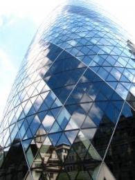 Terasest ja klaasist munakujuline pilvelõhkuja