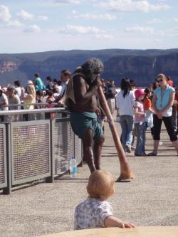 Aborigeenidest tänavamuusik mängib valge publiku ees