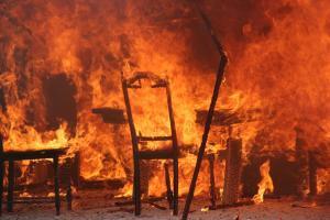 Suures tulekahjus põlevad toolid ja muu mööbel
