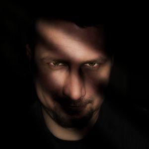 Mehe nägu valguse ja varju diagonaalsete triibudega