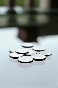 Hõbedast müntide hunnik klaasist laual
