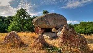 Suurtest kivedest muistne matusepaik põllul
