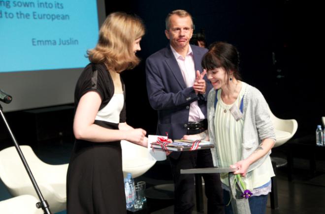 Arvamuslugude võistluse võitja Emma Juslini autasustamine. Auhinna annavad üle haridus- ja teadusminister Jürgen Ligi ning Norra saatkonna ajutine asjur Ellen Aabø. Foto: Andres Tennus.