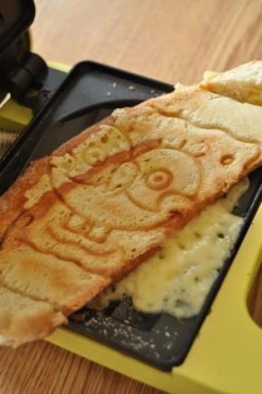 Kuum juustuvõileib öökulli kujutlusega