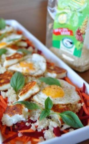 Valge küpsetamisvorm köögiviljade ja praetud munadega