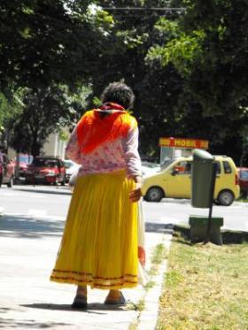 Rahvusriietuses roma naine linnatänaval