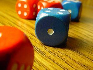 Punased ja sinised täringud laual