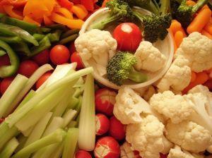 Lõigatud köögiviljad kandikul: lillkapsas, brokkoli, roheline ja oranž paprika, seller