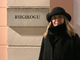 Margit Sutrop Riigikogu sildi ees seismas. Foto: Erakogu
